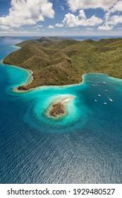 Luftbild der Waterlemon Cay mit Booten in der Bucht auf der Insel St. John auf den Amerikanischen Jungferninseln.