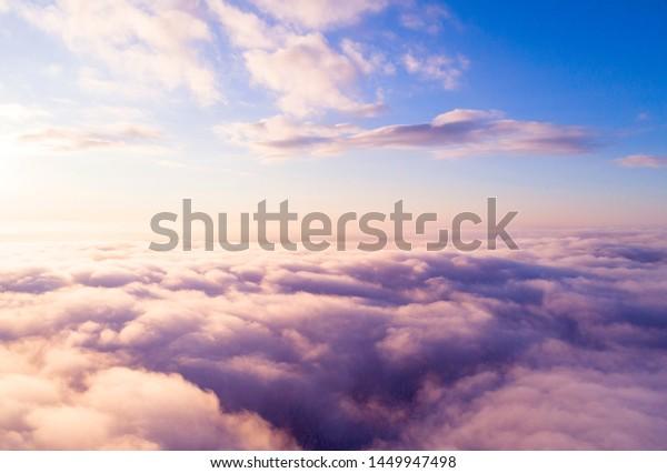 青い空に白い雲を空撮。平面図。ドローンから表示。空中の鳥の目雲 ...