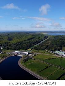 Luftbild des Wasserkraftwerks Zarnowiec. Czymanowo am Zarnowieckie-See in der Gemeinde Gniewino.