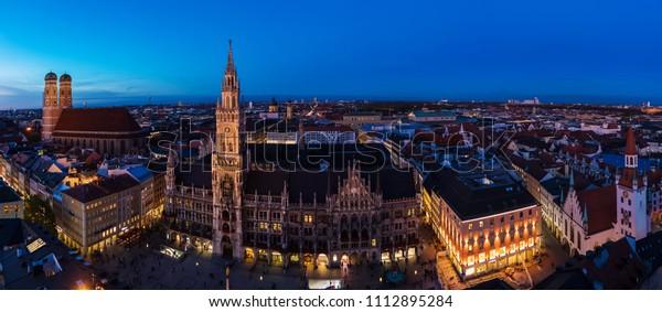 Luftbreites Panorama des Neuen Rathauses und des Marienplatzes bei Nacht München City, Bayern, Deutschland