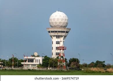 Flugwetterbeobachtungsstation Turm mit Kugelradar-Antenne. Kontrollturm mit Wetterradar am Flughafen auf blauem Himmelshintergrund.