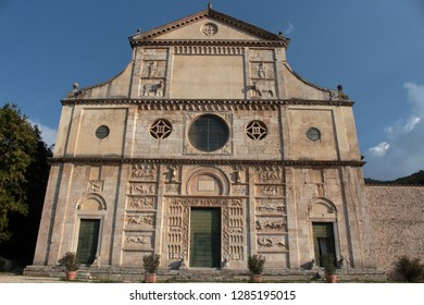 From afar the church of St. Peter is spectacular, attractive, with the staircase that leads you. The facade of this church is a splendid example of Umbrian Romanesque style