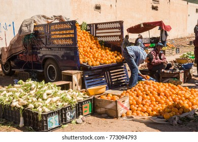 AFRICA, MOROCCO, REGION GUELMIM-OUED NOUN, SIDI IFNI PROVENCE - CIRCA FEB 2006 - Truck full of Oranges at Market at Sidi Ifni