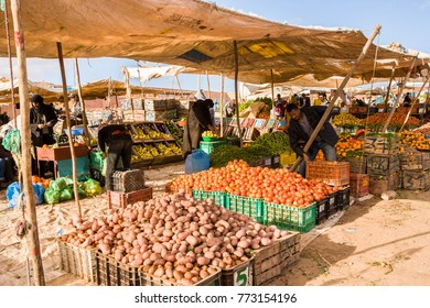AFRICA, MOROCCO, REGION GUELMIM-OUED NOUN, SIDI IFNI PROVENCE - CIRCA MAR 2006 - Weekly vegetables Market at Guelmim