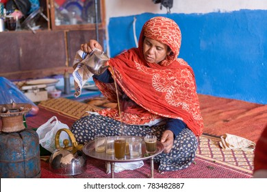 AFRICA, MOROCCO, REGION GUELMIM-OUED NOUN, SIDI IFNI PROVENCE - CIRCA FEB 2007 -  Pouring tea in cups the Moroccian way at Asrir near Guelmim