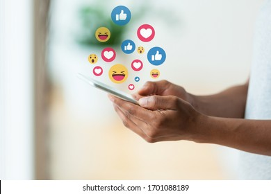 Afroamerikaner, die ein taktisches Handy halten und Textnachrichten Emoji Emoticon senden - Schwarze Menschen