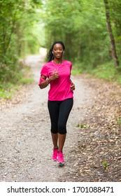 Joggerporträt der Afroamerikanerin - Fitness, Menschen und gesunder Lebensstil