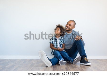 african father his son sitting on の写真素材 今すぐ編集