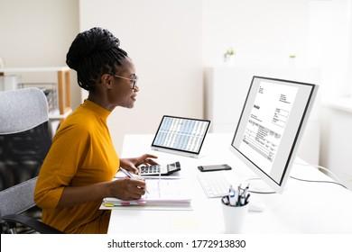 Afrikanische freiberufliche Buchhalterin, die eine Steuer erhebt