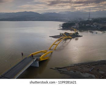 After the tsunami and earthquake, the yellow bridge in Sulawesi was collapsed and could no longer be passed.