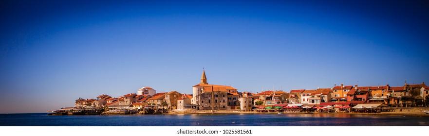 Nachmittag Kroatien, Umag. Die Küste von Um ag. Schönes Meer. Architektur von Umag, Kroatien.