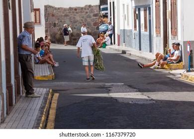 AGAETE, GRAN CANARIA - 04 DE AGOSTO DE 2015: Los vecinos del municipio de Agaete, en la isla de Gran Canaria esperando La Rama.