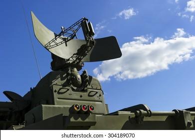 Luftverteidigungsradar des militärischen mobilen Raketenabwehrsystems mit mächtigen Raketenabwehrraketen, grüner Farbe, moderner Armeeindustrie, weißer Wolke und blauer Himmel auf dem Hintergrund
