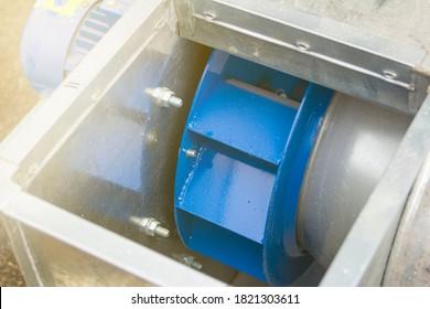 Luftkanäle, Radialventilator und Zentrifugalmotor für den Einbau, Vordergrund und Hintergrund unscharf mit Bokeh-Effekt