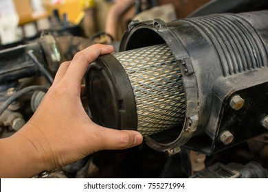 Air filter of forklift truck