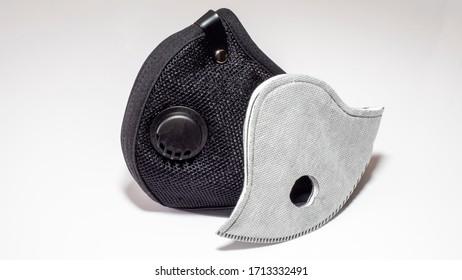 Filtermaske mit Aktivkohlefilter. Schwarze medizinische Maske. Gesichtsmasken-Schutz vor Verschmutzung, Viren, Grippe und Koronavirus. Gesundheitsversorgung und chirurgisches Konzept