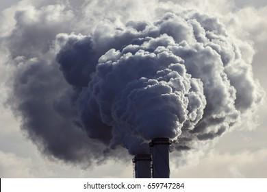 Contaminación del aire por chimeneas de centrales eléctricas.