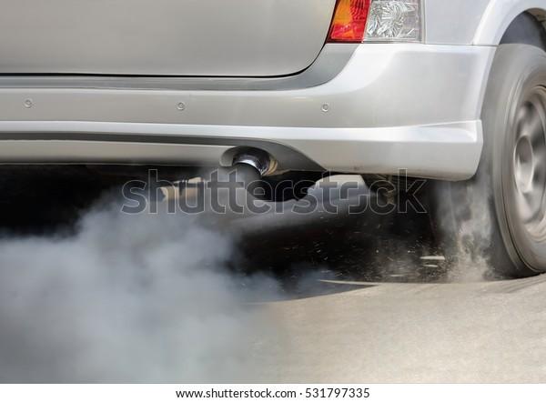 Inquinamento atmosferico provocato dal tubo di scarico del veicolo su strada