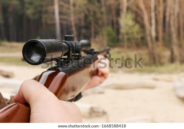 air-rifle-optical-sight-hands-600w-16685