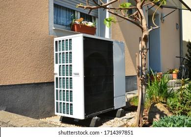 Luft-Luft-Wärmepumpe für Heiz- und Warmwasser vor einem Appartementhaus