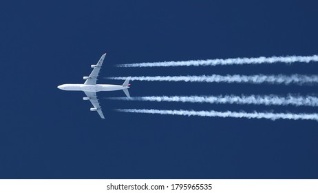 Airliners at cruising altitude with contrails