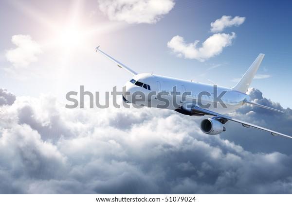 Flugzeug am Himmel - bewölkter, aber sonniger Tag