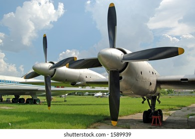 airplane wing with propellers