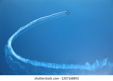 airplanes perform aerobics at the airshow