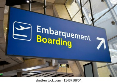 Airport boarding sign in french and in english