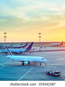 Flughafen mit vielen Flugzeugen und schönem Sonnenuntergang