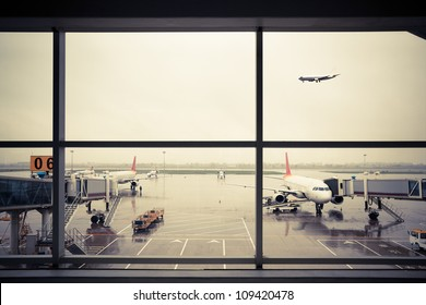 airport outside the window scene,waiting for the flight