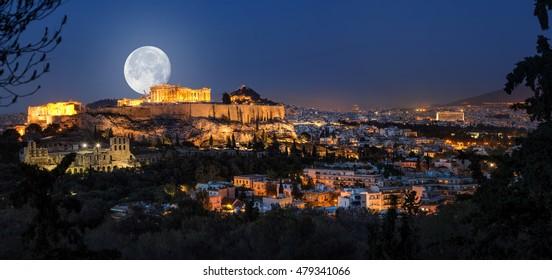 Akropolis at full moon