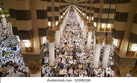 AL MADINAH, KINGDOM OF SAUDI ARABIA, september 2016. Muslims inside Nabawi Mosque, DAYS OF HAJJ