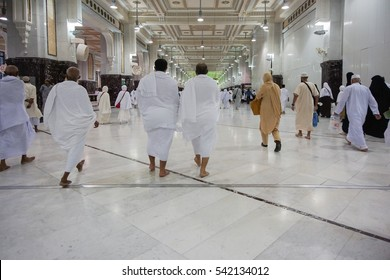 AL MADINAH, KINGDOM OF SAUDI ARABIA, september 2016. Muslims inside Nabawi Mosque, DAYS OF HAJJ, safa and marwa