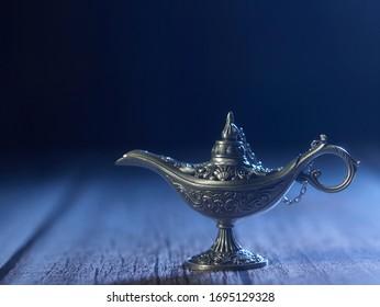 Aladdins magische Genie-Lampe auf silbernem Hintergrund.