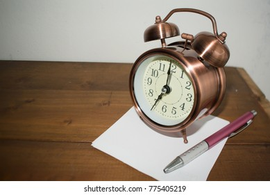 Alarm clock at 7 o'clock