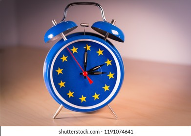 Alarm clock with the colors of the EU flag for an hour and 2 hands back or forward 1 hour. the time change in the EU, as well as the vote on its abolition.
