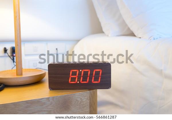 Horloge d'alarme sur le lit 8h.