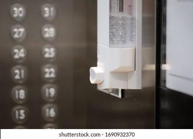 Gel alcohólico en ascensor para oficina, hotel o condominio para prevenir bacterias y evitar infecciones por el virus corona, covid19