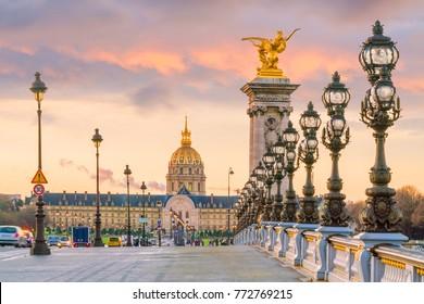 日の出のときフランスのパリにあるセイヌ川を渡るアレクサンデル三世の橋