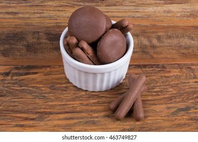 """Alfajor"" covered of chocolate and chocolate straw/ ""Alfajor"" (honey bread)/ ""Alfajor"" and chocolate straw."