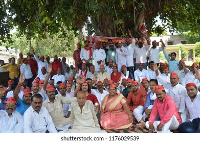 Allahabad: Samajwadi party worker hold a dharna protest during Bharat Band protest against Prime minster Narendra Modi over hike price of petrolium, in Allahabad on 10-09-2018.