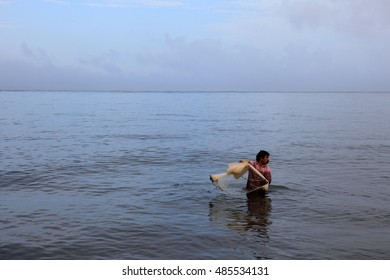 ALLEPPEY, INDIA - SEP 16 : An unidentified fisherman with his net  engages in fishing on the shores of Arabian sea in September 16, 2016 in Alleppey, Kerala, India