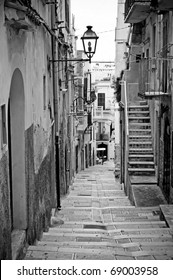 Alley in south Italy (Black and white)