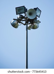 All-round field light which is accommodation of a bird nest.