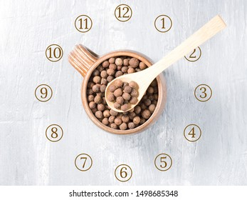 Allspice (Jamaica pepper) as a clock. Eating spices regularly improves digestion and health. Consult a doctor