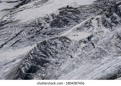Vista panorámica de las grietas de los glaciares alpinos
