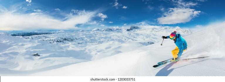 Alpský lyžař sjezdové lyžování, panoramatický formát. Zimní sporty a leasure aktivity