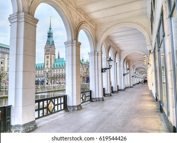 Alsterarkaden on Lake Kleine Alster in Hamburg, view of historic Hamburg town hall, Germany