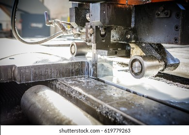 Aluminium cutting machine. This band saw features a moving table designed specifically for cutting large aluminum or titanium plate. Completely automatic and programmable.